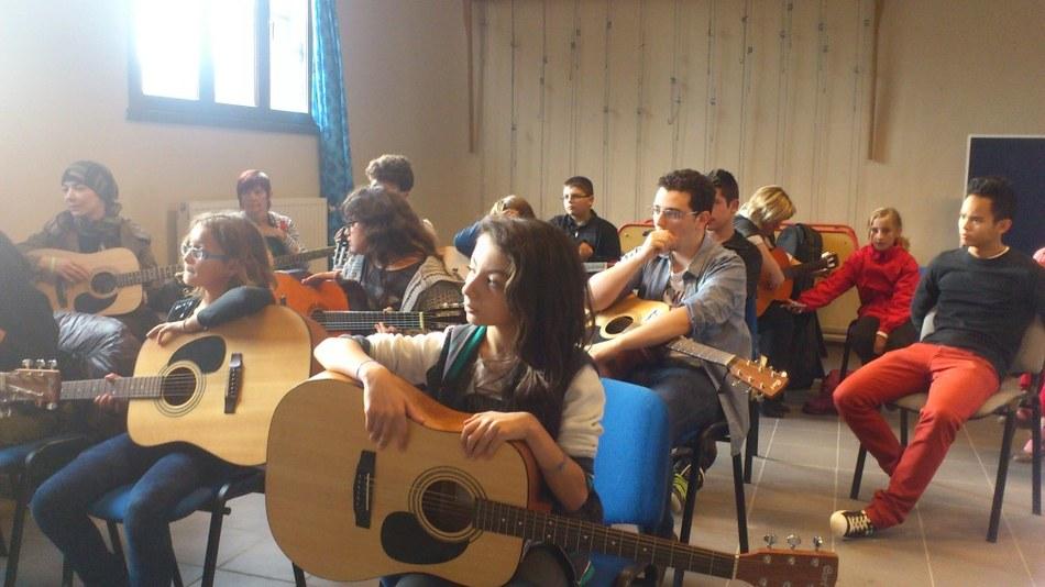 Activité guitare à la Maison de quartier de Maurage